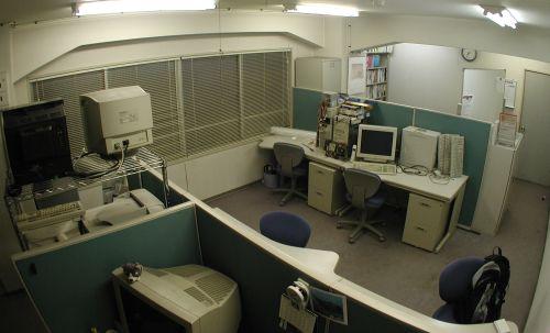 オフィス 事務所の配置替えをした。前回は節電目的のレイアウトだったんだけど、自分の... 事務所